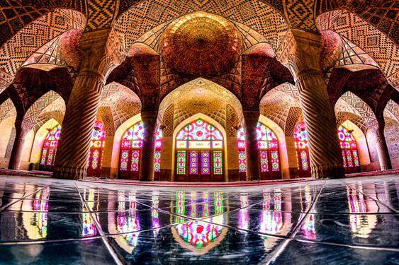 Fotógrafo apaixonado por arquitetura captura a perfeição das mesquitas em seu país. São detalhes impressionantes das construções e cores que as transformam.