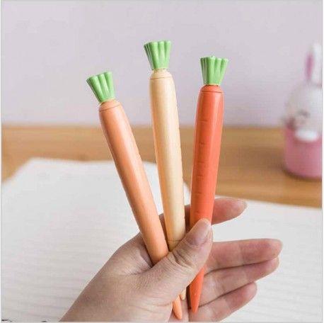 Tengo que decir que este es uno de mis bolis favoritos. Una pluma con forma de zanahoria que pinta en color negro y que hará que tu estuche luzca como nunca. Puedes elegir entre tres colores diferentes.