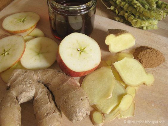 Die Raumfee: Der Zaubertrank. 5cm Ingwerknolle, 1/2 Apfel, 500ml naturtrüber Apfeldirektsaft, 500ml Wasser, 1 EL Ceylon-Zimt, 1 EL Honig