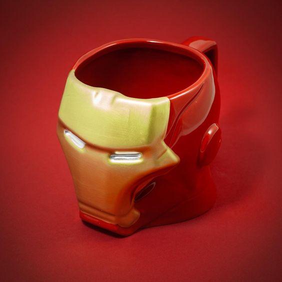 Tony Stark nous dévoile sa dernière création : le mug Iron Man 3D. Un bijou de mug ! Reprenant le design du casque de l'armure Iron Man, ce mug là va vous donner un sacré coup de boost avec le café du matin.  dispo ici > ow.ly/EC6TY