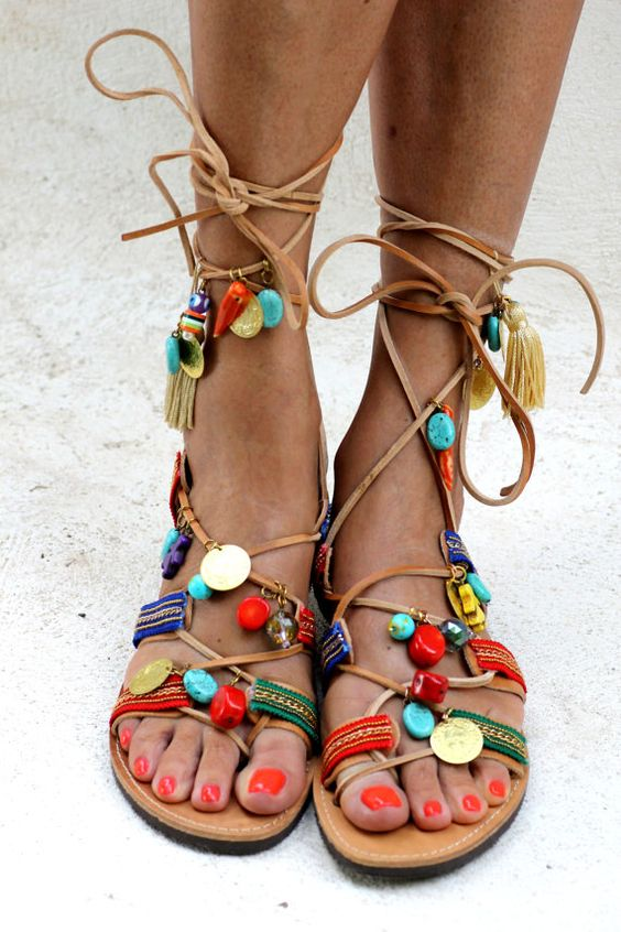 Sandales grecques à la main décoré avec des pierres semi-précieuses comme pierres de turquoise et coraux rouges, cristaux italiens et sangles de coton coloré.  Ces paires de sandales est très exotique et coloré, idéal pour ces jours quand il est juste que vous et le soleil. Étés tropiques, la musique Tejano, ancienne danse cubaine des rainures, tequila et autres fragments de l'Amérique latine peuvent avoir travaillé comme une source d'inspiration.  -Tailles disponibles: 5 à 11.5 US féminin…