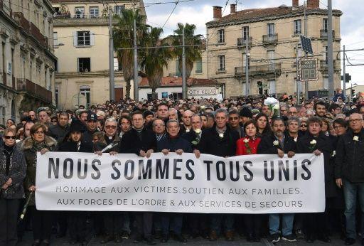 Des personnes venus rendre hommage aux victimes des attentats de Paris défilent à Montpellier le 22 novembre 2015