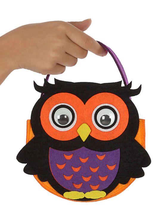 Bolso búho Halloween: Este bolso para caramelos es de fieltro fino.Es de color naranja con asa violeta.Tiene un búho en la parte delantera. Mide alrededor de 16,5 cm y tiene ojos de plástico.El bolso mide...