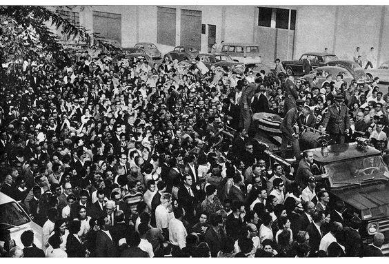 Multidão acompanha cortejo de Adhemar de Barros