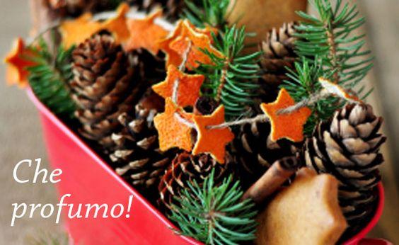 Mancano tre giorni a #Natale: ne sentiamo già il #profumo, con questo #centrotavola! Qualche rametto di #pino, mini #pigne, bastoncini di #cannella e una festosa #ghirlanda di scorze d'#arancia. Che ne dite? / Three days till #Christmas: we already feel the #scent, with this #centerpiece! A few sprigs of #pine, mini #pineCones, #cinnamon sticks and a festive #wreath of #orange peels. What do you say?