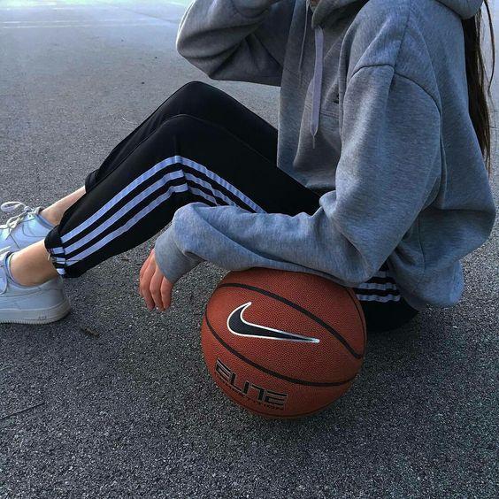 バスケットボールとカジュアルな女の子
