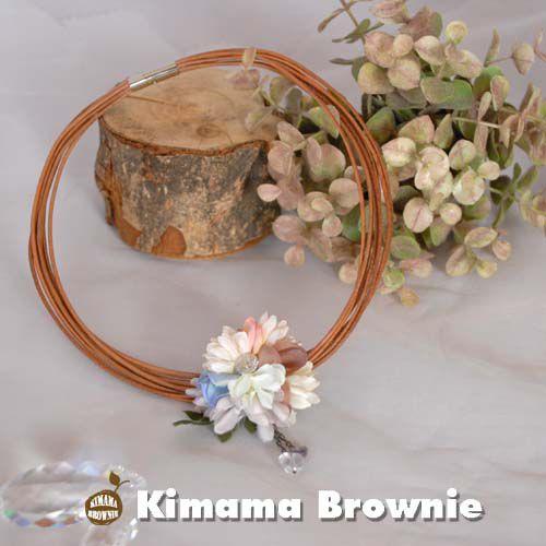 細い革紐をたくさん束ねたお花のチョーカー。花束は、色々なお花の花びらを集めました。中央のスワロフスキーもキラキラと輝いて華やかさを呼び込んでくれます。天然石の...|ハンドメイド、手作り、手仕事品の通販・販売・購入ならCreema。