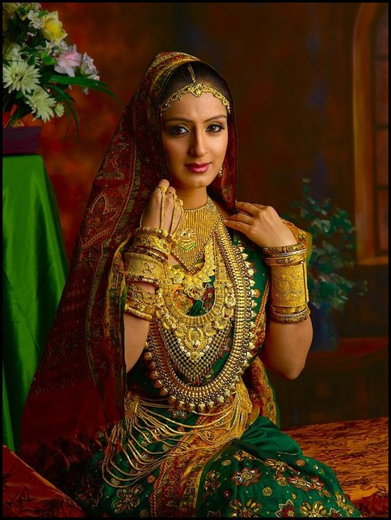 Beautiful Women Wearing Heavy Gold Jewelry Style Womens