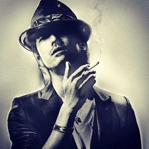 帽子を深く被りかっこよくタバコを吸う男性