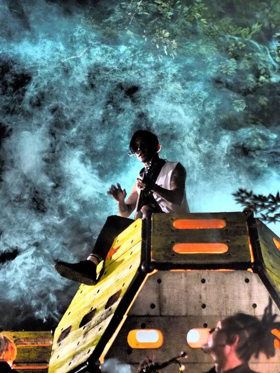 ギターを持って座っている青い炎の中の【Dragon Ash】降谷建志の画像