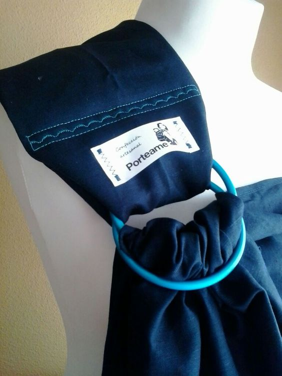 Detalle del plegado al hombro de bandolera artesanal en lino 100%.