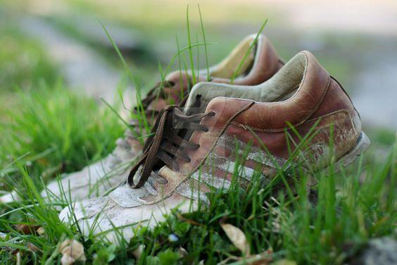 cipő a fűben
