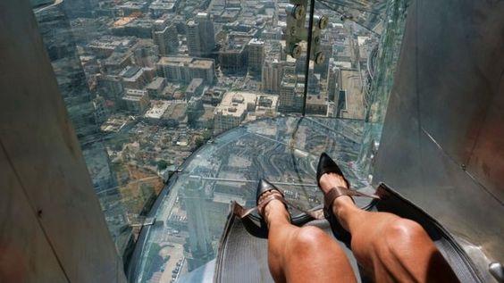 Para los amantes de las emociones fuertes: un tobogán de vidrio abre sus puertas a 305 metros de altura
