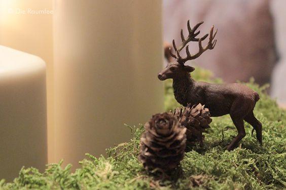 Ein Adventskranz aus Moos mit Rehen - der Winterwald auf dem Tisch.