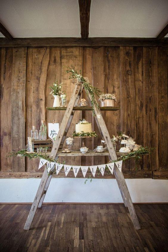 Einfach zwei Holzleitern aneinander lehnen und mit ein paar Brettern eine rustikale Candybar / Sweet Table zur Hochzeit zaubern!  Foto: Doris Himmelbauer, Oh. What a Day – Wedding Photography