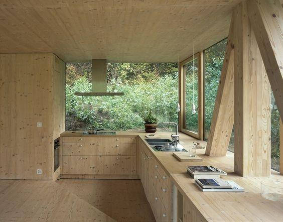 Cozinha em estilo Rústica amadeirada, com esquadrias de vidro, com junção da iluminação natural e paisagismo
