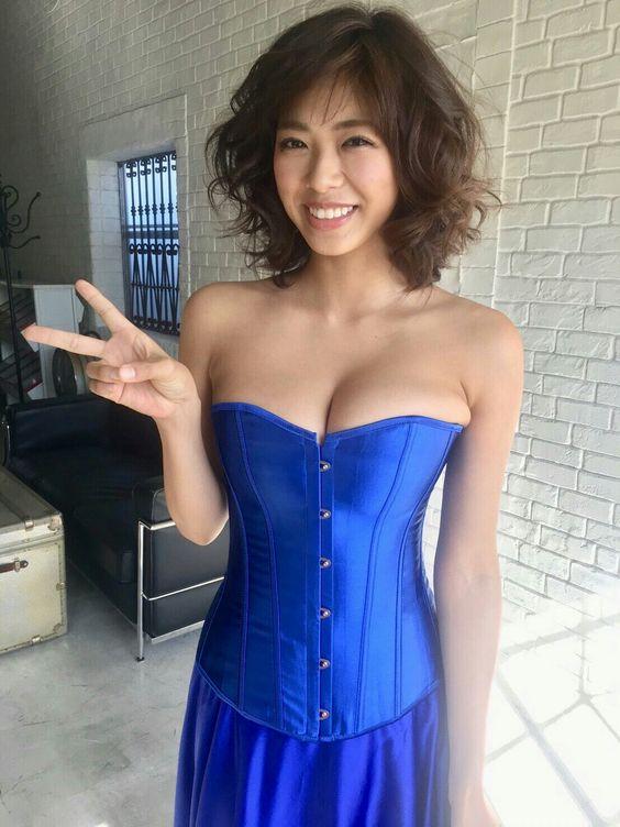 キレイな青い衣装のわちみなみのエロ可愛い画像