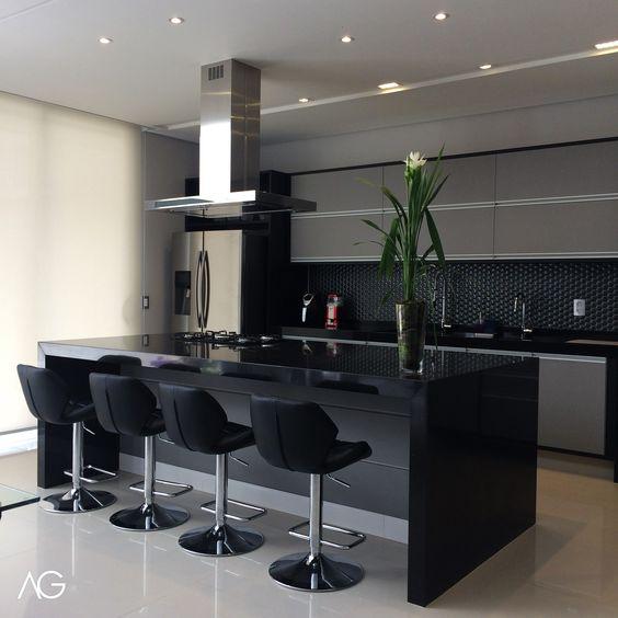 Cozinha Preta e Cinza Ambientes Integrados Vaso com Flor  Instagram: @agarquitetura