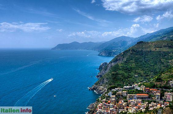 Cinque Terre (SP) - Liguria, Ligurien - Italy, Italien. View over all villages of the Cinque Terre from Riomaggiore to Monterosso -   Blick über alle Dörfer der Cinque Terre von Riomaggiore bis Monterosso.  http://www.italien.info/impressionen