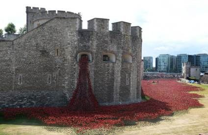 The Tower of London marks the WW1 centenary with thousands of clay poppies