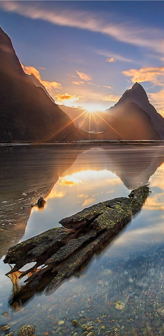 """26 Sonnenaufgang - Te Whitianga o Te Ra - Erneuerung - """"(...,) das Erwachen der großen Hoffnung, ein Netz gesponnen aus goldenen Strahlen am Morgenhimmel. Ich bin der Neubeginn, das erste Licht des neuen Tages. Ich bin das Versprechen, das Ende der langen Nacht (...)"""" (Weisheit der Vier Winde, S. 89). www.weisheitdervierwinde.de Fiordland, Milford Sound, New Zealand"""
