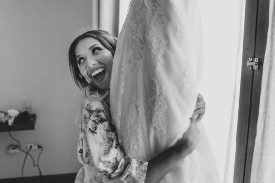 Matrimonio íntimo en Chilca - Perú de Fiore + Foncho // La novia feliz con su vestido! http://www.velodevainilla.com/2016/10/18/fiorella-foncho-matrimonio-intimo-en-chilca/ Foto: Lotus Perú