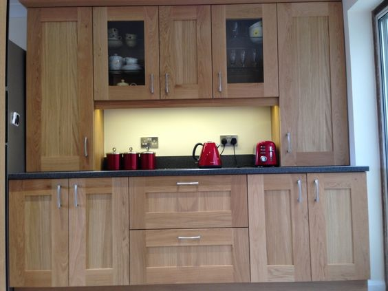 #Real #Kitchens #miltonkeynes #oakshaker #oakkitchen #laminateworktops #kitchendesign #breakfastarea #kitchendresser