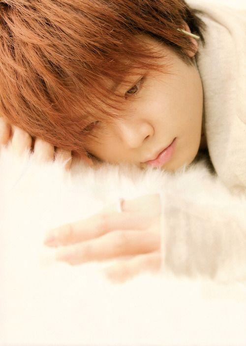 寝そべる増田貴久