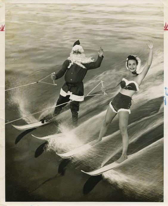 Le Père Noël en ski nautique, accompagnée d'une Mère Noël de circonstance... - Photographie vintage | PHOTO MEMORY: