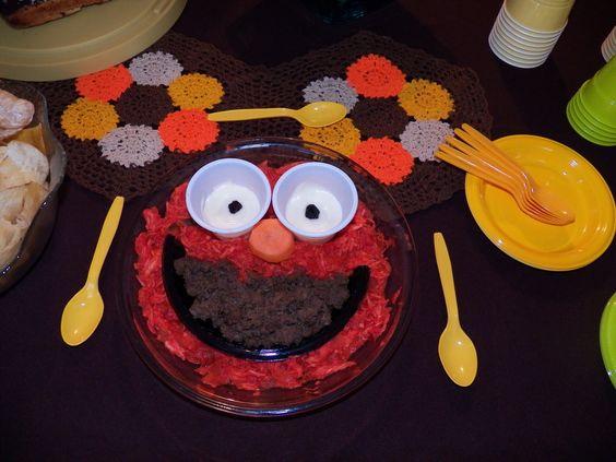Pasabocas de pollo, carne molida, crema de ajo y zanahoria, decorado en forma de Elmo