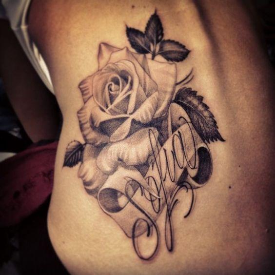 13 Pecho tatuajes de rosas con nombres