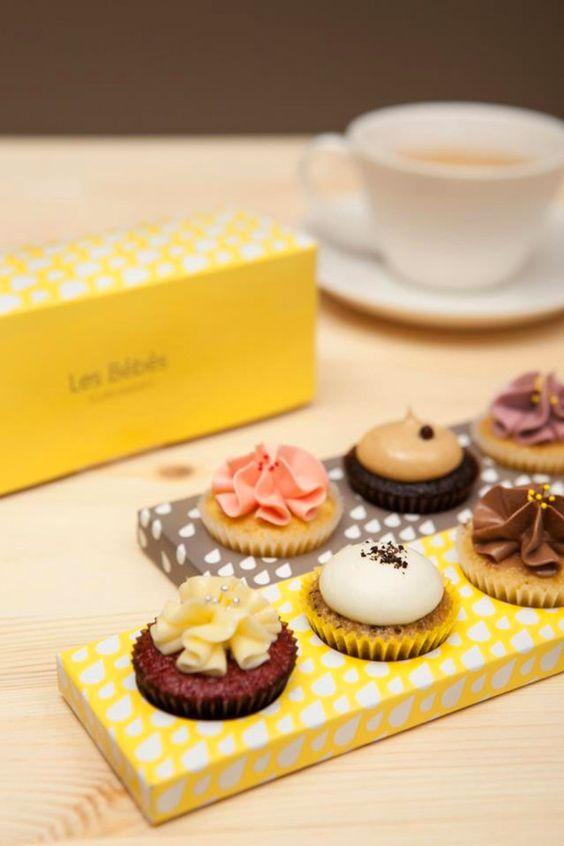 Assortiment de cupcakes colorés. Merci à nos artisans pâtissiers de nous ravir les yeux et les papilles. L'Atelier