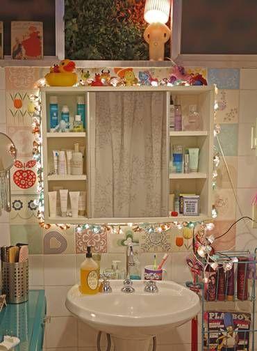Na foto, espelho de banheiro rodeado de luzes pisca-pisca Foto: Agência O Globo / Ana Branco:
