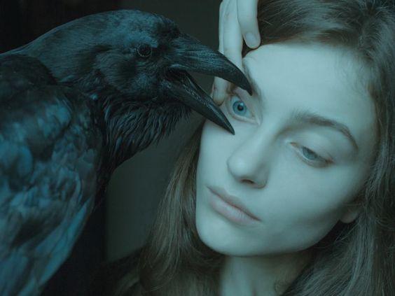 by Laura Makabresku faut il que la sorcière perde un oeil comme le dieu Odin pour avoir la connaissance ?Ou bien par le biais du familier obtient elle de nouveaux pouvoirs de vision ?