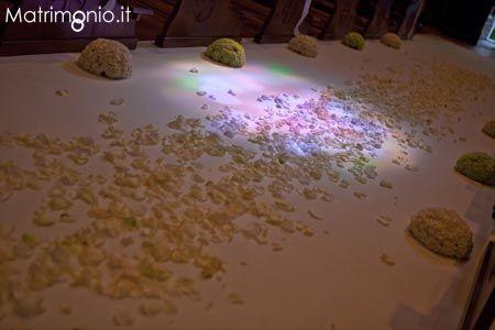 fiori e petali di rosa sulla navata by Francis Flowers Wedding design - Bouquet e addobbi floreali Firenze (FI) - Matrimonio.it