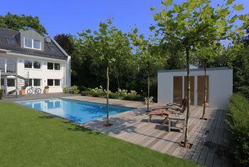 Schwimmen im Garten. Klassischer, rechteckiger Pool mit Holzdeck. Im Poolhaus ist Platz für Liegen und Zubehör.