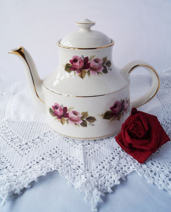 Such a pretty vintage 6 cup teapot, decorated with gold detail and deep pink roses. Made by Arthur Wood in the 1970s. Perfect for teatime! by Alexsprettyvintage on Etsy