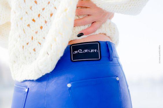 Blaue Lack-Lederhose von Arcanum-Fashion mit weissem Wollpullover - kombiniert…