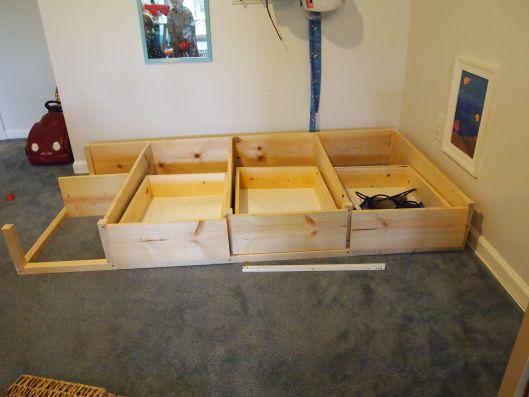 kura bed hack : rangement supplémentaire sous le lit… ce qui laisse la possibilité de faire la cabane en haut et espace de jeu dessous