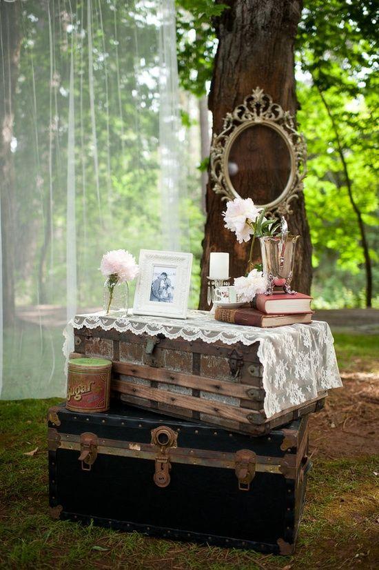 Casamento ao ar livre: altar feito de móveis antigos. Foto: Acres of Hope.: