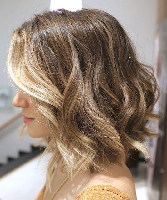 12 Heisseste Wellige Bob Haarschnitte Fur Frauen In 2020 Frisuren Fur Welliges Haar Haarschnitt Bob Bob Frisur