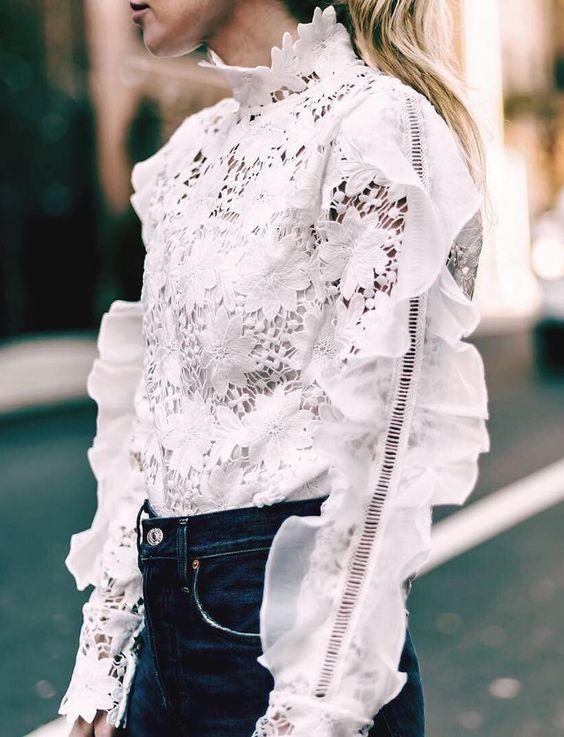 Le jean brut légèrement taille haute, le meilleur allié des blouses sophistiquées ! (blouse Chicwish):