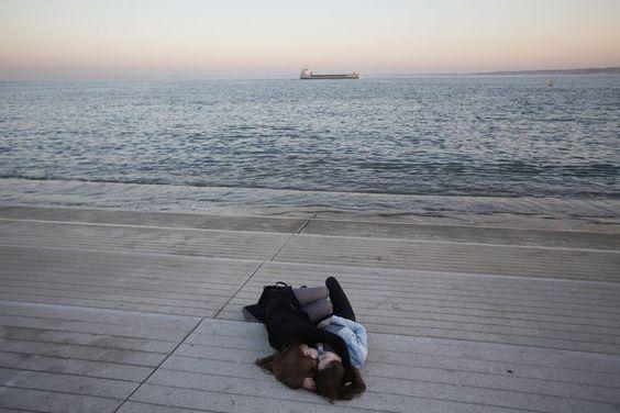 Portugal Deux jeunes femmes endormies à Lisbonne, le 9 mars. RAFAEL MARCHANTE / REUTERS