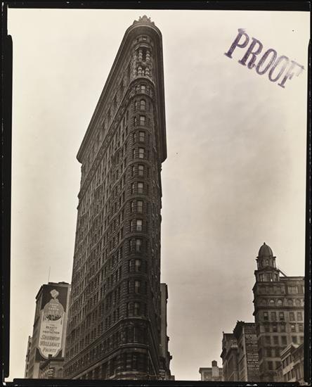 """Berenice Abbott, """"Flatiron Building"""", mayo de  1938. Museum of the City of New York. El trabajo de Abbott, donde son evidentes las analogías con la mirada de O'Keeffe sobre Nueva York, se publicó bajo el nombre de """"Changing New York"""" en 1939 (97 ilustraciones de la selección final de 305 fotografías), con motivo de la Feria Internacional de Nueva York. #ProgramaNosotras"""