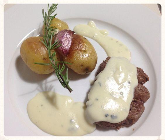 Filet mignon com creme de gorgonzola e batata rústica