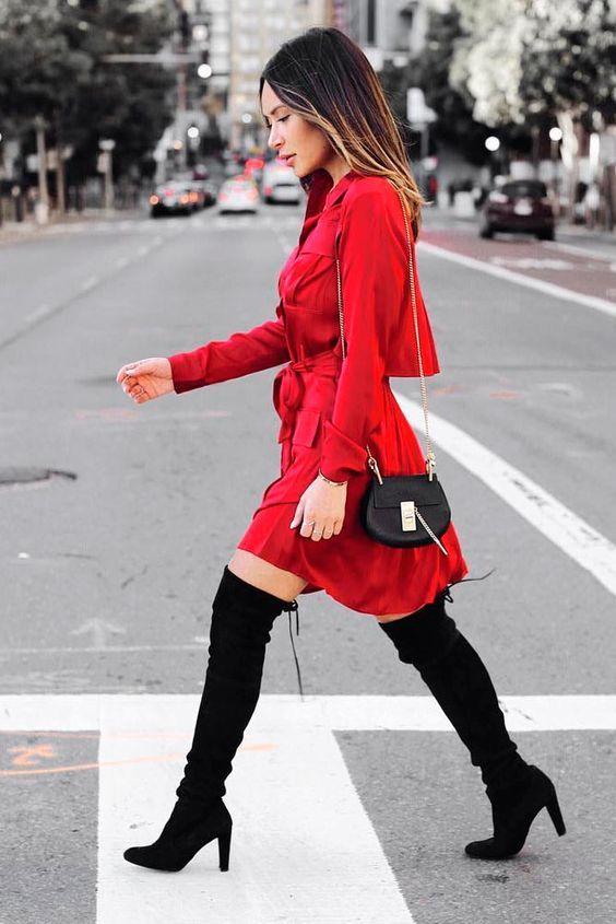 Vestido rojo y botas largas. Si quieres lucir elegante sin que parezca que te esforzaste tanto, busca un vestido camisero que de ese estilo. Agrega botas largas y lista para tu cita romántica.