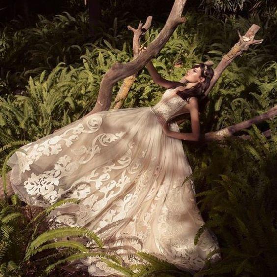 Vestido com saia bordada e com bastante volume @yakiravidbridal #weddingdress #vestidodenoiva #bridal #bride #yakiravid by style.my.wedding