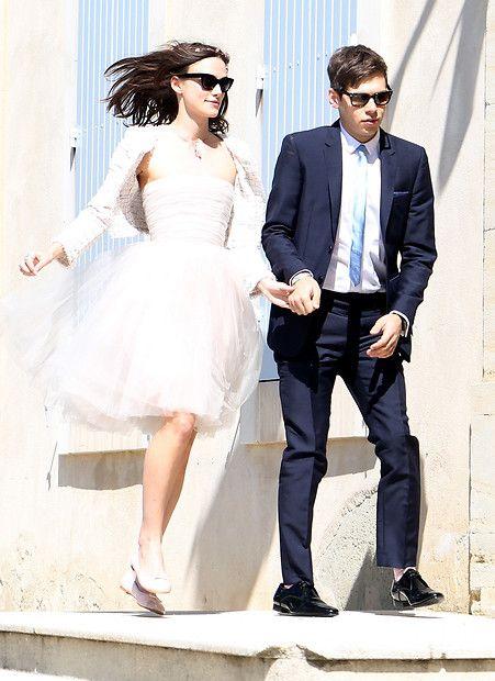 Schauspielerin Keira Knightley springt mit ihrem frisch angetrauten Ehemann James Righton ins Glück. Sie trägt ein Bustier-Kleid von Rodarte und eine leichte Kastenjacke von Chanel.