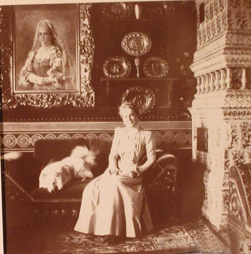 Княгиня З.Н.Юсупова в одной из комнат московского особняка (Большой Харитоньевский переулок) у своего портрета работы К. Е. Маковского.1900 г.