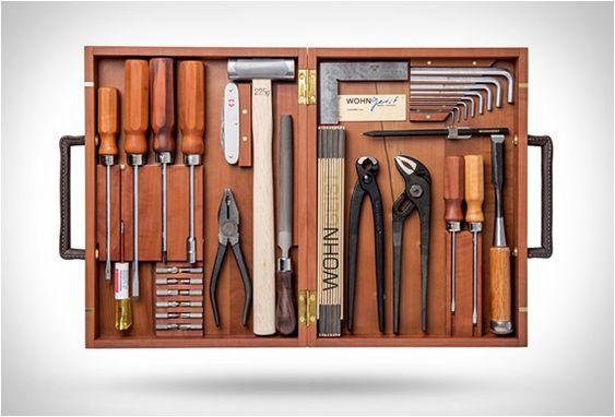 CAIXA DE FERRAMENTAS DE MADEIRA - WOHNGEIST TOOL SET  A bela caixa de ferramentas de madeira WohnGeist Tool Set é um sonho, uma jóia para os amantes de ferramentas de qualidade. Fabricado pela WohnGeist uma empresa de carpintaria suíça.